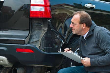 Un expert d'assurance. Cas de dommages à la voiture. Assurance voiture