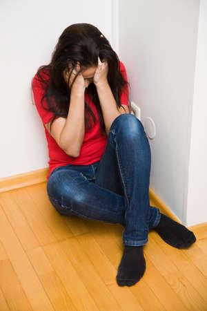 defensive posture: Joven tiene Mieda de la violencia en la familia