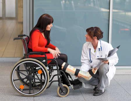 orthop�die: Jeune femme avec une jambe pl�tr�e et des fauteuils roulants � l'h�pital Banque d'images