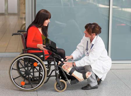 orthopaedics: Mujer joven con un elenco de pierna y la silla de ruedas en el hospital  Foto de archivo