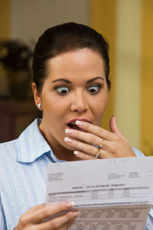 schuld: Een vrouw met onbetaalde facturen