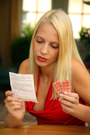 generic drugs: Letture di giovane donna in un inserto di kit per comprim�s