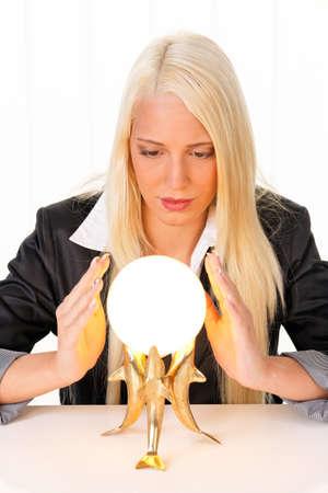 actividad econ�mica: Joven indic� el futuro de una bola de cristal en sus manos