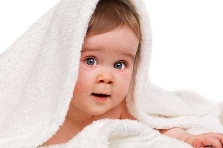 Kleines erstaunt Kind Baby umwickelt Decke