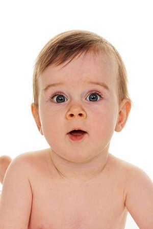 Kleines Kind in den Babywindeln ist an der Unterseite auf weißem hintergrund isoliert