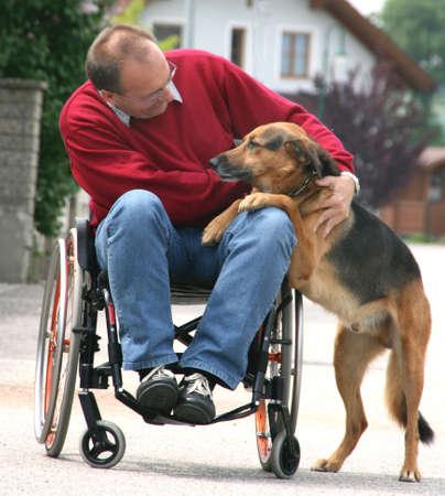 discapacitados: Hombre de mediana edad con discapacidades caminar sentado en una silla de ruedas