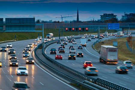Auto's in het verkeer op een snelweg in de nacht Stockfoto