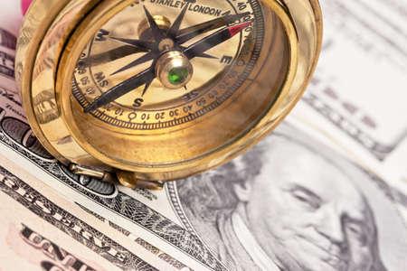 dollar bills: Molti dollaro e bussola. Foto di simbolo