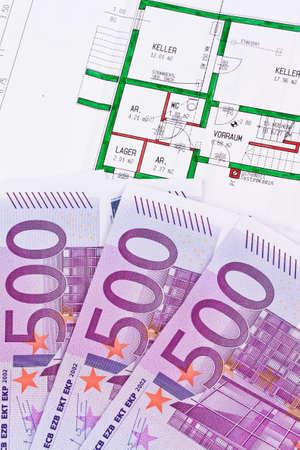 billets euros: Les billets en euros et de nombreux plan d'une maison Banque d'images