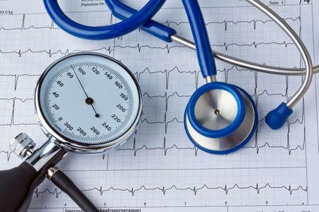 causaba: Medici�n de la presi�n de la sangre y la curva de ECG. Enfermedades causadas por la presi�n arterial alta. Foto de archivo