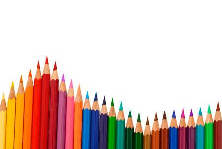 papeteria: Wielu różnych kolorowe kredki na białym tle