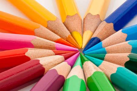 Veel verschillende gekleurde pot loden op witte achtergrond Stockfoto
