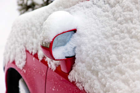 road conditions: Viöl new snow on a parked car. Driving in the winter.