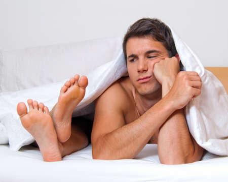 sexuel: Un jeune couple au lit ayant des probl�mes et crise. Divorce et s�paration.