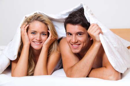 femme sexe: Couple a du plaisir au lit. Rire, joie et ?tisme dans la chambre ?oucher