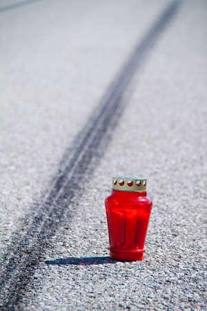 accident rate: Un accidente con una motocicleta. Marcas de accidente y deslizamiento de tr�fico en carretera. Fotos representativas. Foto de archivo