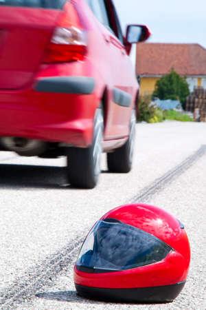 casco de moto: Un accidente con una motocicleta. Marcas de accidente y deslizamiento de tr�fico en carretera. Fotos representativas. Foto de archivo