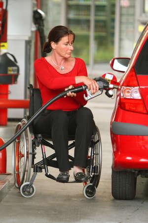 discapacidad: Una mujer es Gehbenidert. Sillas de ruedas.