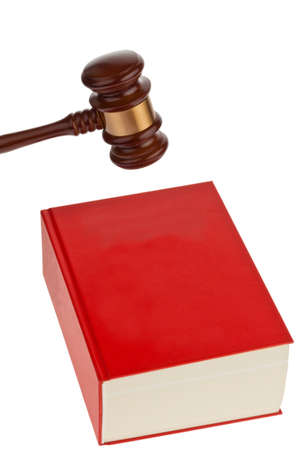 giurisprudenza: Un codice rosso con le regole della Corte. Isloiert su uno sfondo bianco.