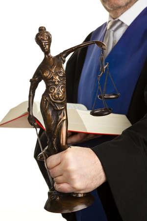 autoridades: Un juez con un libro de derecho en los tribunales. Con la figura de la justicia en la mano.
