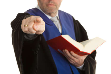 justitia: Un juez con un libro de derecho en los tribunales. Con la figura de la justicia en la mano.