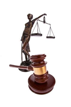 justitia: Martillo de un juez con figura de Justitia. Aislado contra un fondo blanco. Foto de archivo