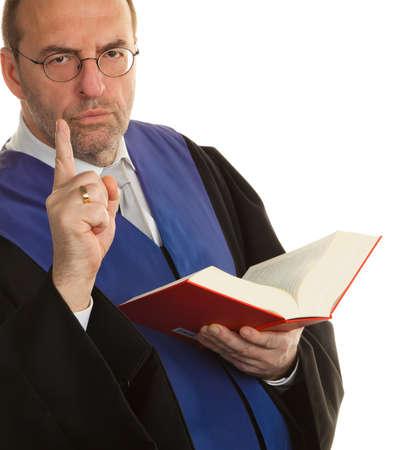 giurisprudenza: Un giudice con un libro di legge in tribunale. Con la figura di giustizia nella mano.