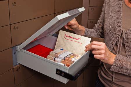 Un armario en una bóveda del Banco. Almacenamiento de documentos y dinero en efectivo.