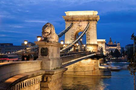 Die Kettenbrücke in Budapest am Abend. Sightseeing in Ungarn.