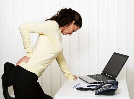 dolor de espalda: Mujer con dolor de espalda del disco intervertebral en Oficina