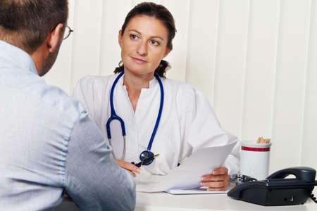 pacientes: Doctores en medicina con los pacientes. Discusi�n para tratamiento. Foto de archivo