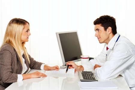 especialistas: Llaman a los m�dicos. Paciente y m�dico hablando a un consultorio m�dico
