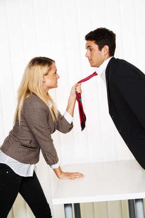 acoso laboral: Acoso en el lugar de trabajo. Agresi�n y conflicto entre colegas. Foto de archivo