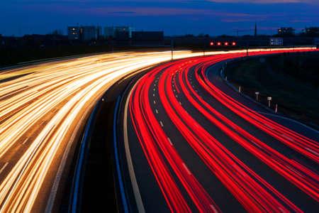 夜、道路上の車。ロープ ・ ライトと照らされた印