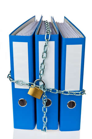 registros contables: Una carpeta de archivos con cadena y candado cerrado. Privacidad y seguridad de datos.