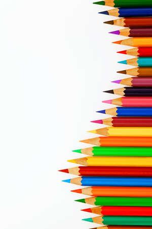 lapices: Muchos l�pices de colores diferentes. L�pices de colores aislados en un fondo blanco.