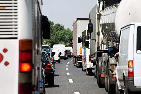 dżem: Zakleszczenie ruchu na drogach. Highway traffic jam z samochody i ciężarówki