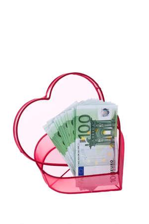 billets euros: De nombreux billets en euros avec un coeur. Isol� sur fond blanc Banque d'images