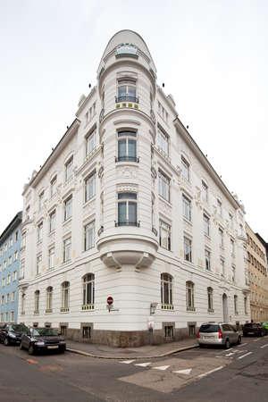 makelaardij: Een prachtig gerenoveerd art nouveaugebouw. Renovatie van oude herenhuizen.
