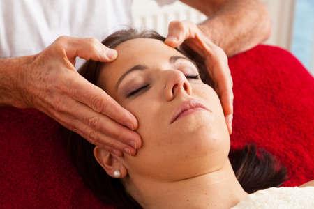 akupressur: Erholung, Ruhe und Wohlbefinden durch Massage. Kopfmassage Lizenzfreie Bilder