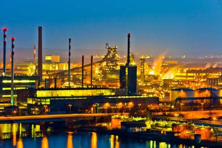 Ein Industriegebiet von??der Metallindustrie am Abend. Lichter der Produktion.