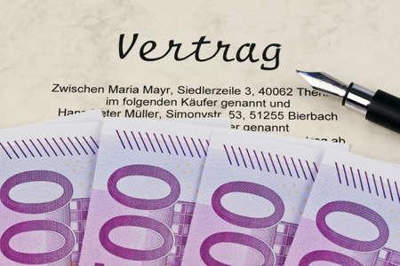 billets euros: De nombreux billets et contrat. Frais de mise en place du contrat Banque d'images