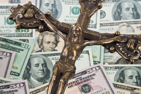 dollar bills: Molti dollaro e croce. Religione finanziamento in America