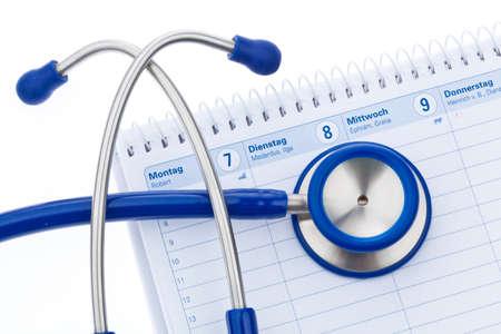 cronogramas: Un estetoscopio es un calendario. Per�odos de servicio de un m�dico Foto de archivo