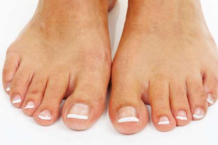 Las piernas de una mujer contra un fondo blanco. Aislado