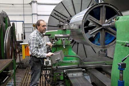 siderurgia: Trabajadores de edad avanzada en la industria del metal en Fresadora CNC.