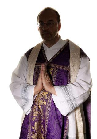 pr�tre: un pr�tre catholique en pri�re dans le culte Banque d'images