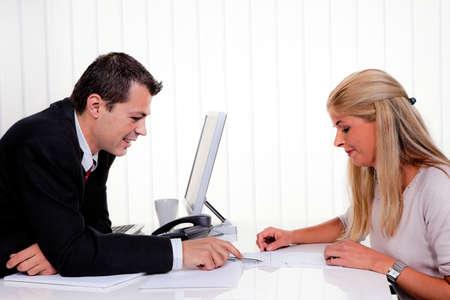 n�gocier: Mari et femme dans une consultation au Bureau