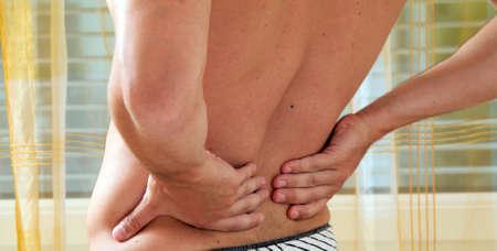 detras de: Enfermedades causadas por dolor en la espalda. Disco intervertebral y columna vertebral.