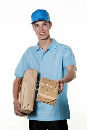brings: Un giovane uomo porta un servizio di consegna del pacchetto